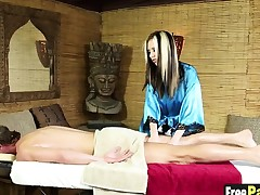Hot Jeanie Marie turns on a hung man with hot massage